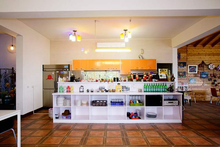 包棟民宿大廳入口與廚房